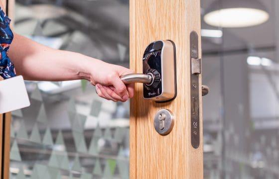 Sécurisation de locaux étudiants avec poignées de portes sans fils